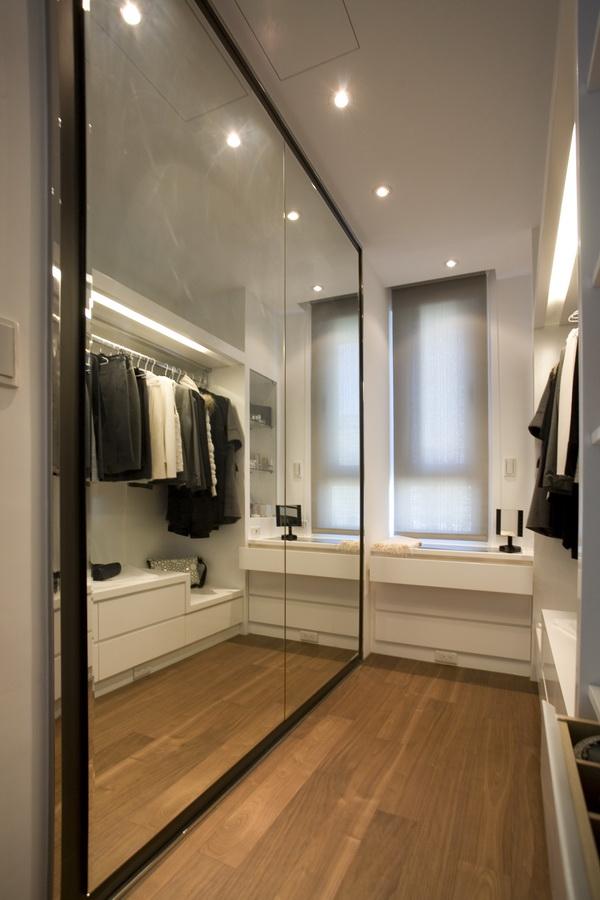 用大面镜子墙面,增加更衣室视觉空间感